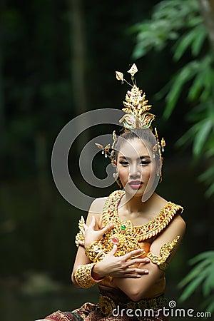 Schöne thailändische Dame im thailändischen traditionellen Dramakleid