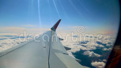 Schöne Wolke und Flügel des Flugzeuges vom Fenster mit einem schönen blauen Himmel stock video footage