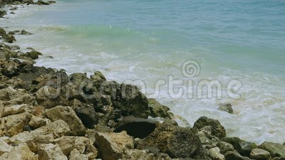 Schöner Blick auf die türkisfarbenen Wellen des Atlantischen Ozeans, die auf Steinen brechen Schöne Landschaft Insel Aruba stock footage