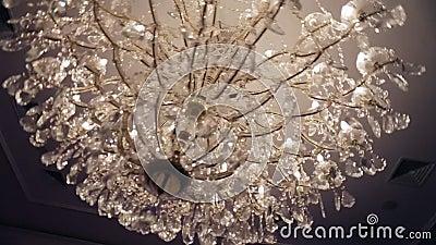 Schöner Retro- Luxus- Kristall-strass Leuchter lokalisiert auf einer weißen Wand des Restaurants stock video