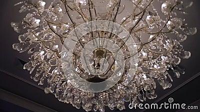 Schöner Retro- Luxus- Kristall-strass Leuchter lokalisiert auf einer weißen Wand des Restaurants stock footage