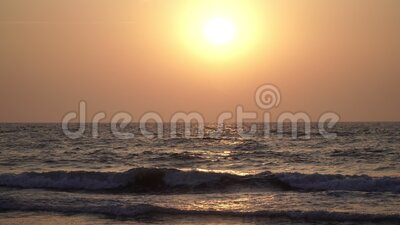 Schöner Sonnenuntergang auf dem Meeresgrund Orangefarbene Sonne, Abend, Meeresgrund stock footage