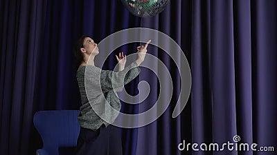 Schönes graues Mädchen mit einem großen Disco-Ball in den Händen stock footage