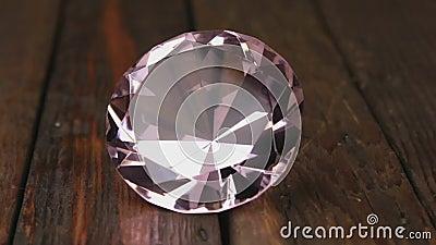 Schönes Juwel auf Holzboden Dolly Shot Annäherung an ein rosa Rhineston stock video