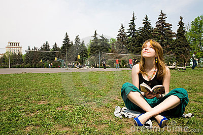 Schönes Mädchen, das ein Buch liest
