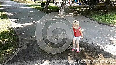 Schönes Mädchen springt in eine Pfütze auf der Straße stock video