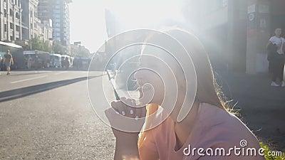 Schönes nettes Mädchen, das auf Bürgersteig, bezauberte träumerische Dame, sorglose Zukunft sitzt stock video