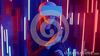 Schönes Young Girl Wearing Virtual Reality Headset zeichnet abstrakte Linien Creative Young Girl versteht Kunst mit stock footage