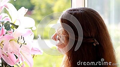 Schönheitsnahaufnahme mit Blumenlilie reklameanzeige bekanntmachen Lächelngesicht flirt stock video footage