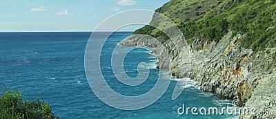 Schönheitsseelandschaft mit Felsen und blauem Meerwasser des freien Raumes stock video footage