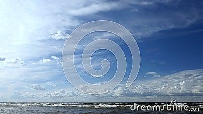 Sch?nes Meer, Wolken und blauer Himmel stock footage