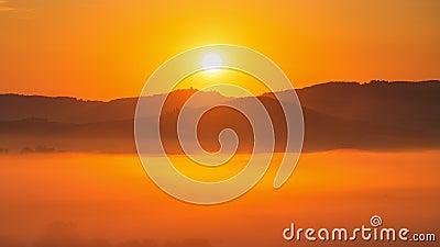 schackningsperiod för 4K Tid av soluppgång på den dimmiga morgonen, Tuscany, Italien arkivfilmer