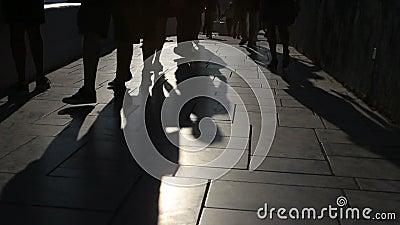 Schaduwen van mensen die in stad lopen Straatoptocht stock video
