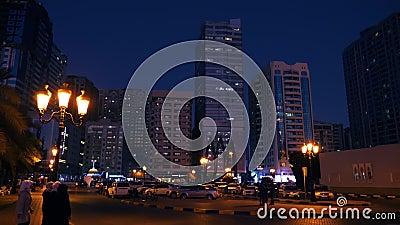 Scharjah, UAE - 10. Mai 2018: moderne Glaswolkenkratzer, wenn Scharjah-Stadt in Vereinigte Arabische Emirate geglättet wird Leute stock footage