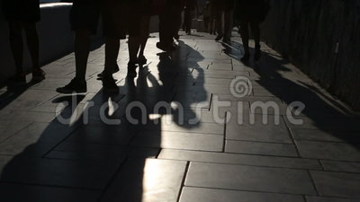 Schatten von den Leuten, die in Stadt gehen Straßenprozession stock video