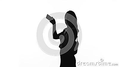 Schattenbild der jungen Frau selfie mit Smartphone nehmend und lächelnd, Zauber stock video footage
