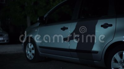 Schattenbild des Banditen mit Schläger übergibt die Aufwartung auf Nachtparken, kriminelle Aktivität stock video