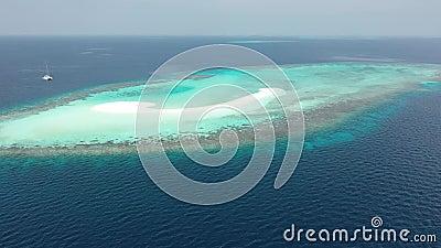 Schattenbild des kauernden Geschäftsmannes Inseln der tropischen Meere stock video