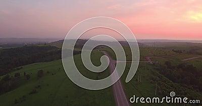 Schattenbild des kauernden Geschäftsmannes lang und kurvenreiche Straße überschreiten durch grüne Hügel mit Landschaftslandschaft stock footage