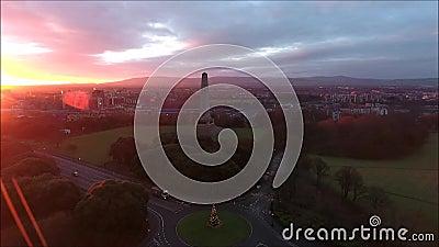 Schattenbild des kauernden Geschäftsmannes Phoenix-Park und Wellington Monument dublin irland stock footage