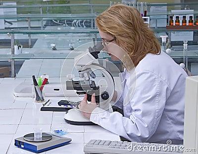 Schauen durch ein Mikroskop