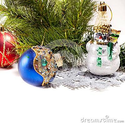 Scheda di nuovo anno con il bei pupazzo di neve e sfera