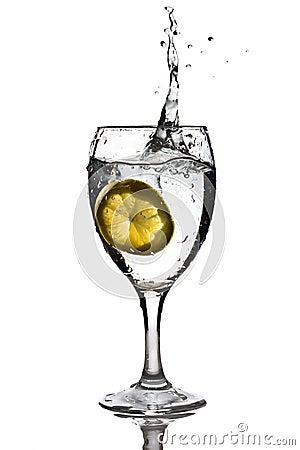 Scheibe der Zitrone fiel in das Wasser