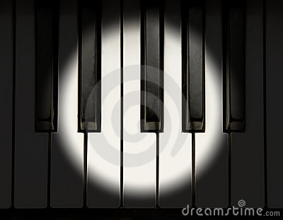 Scheinwerfer auf Klavier