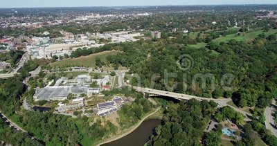Schenley Park in Pittsburgh, Pennsylvania, Vereinigte Staaten Phipps Conservatory and Botanical Gardens in Background 5 stock video