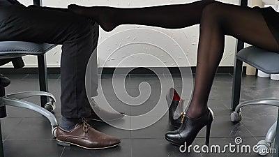Flirten beine berühren