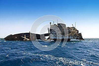 Schiffswrack im Meer