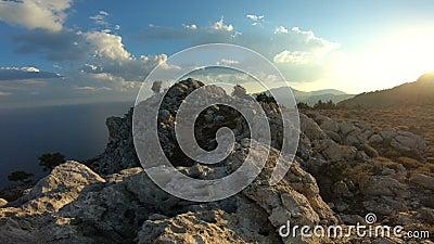 Schilderachtige mening van de Mediterrane kust van het eiland van Rhodos met rotsen stock video