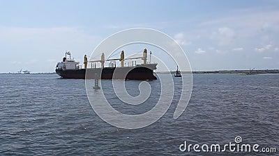Schip die in de haven binnengaan stock footage