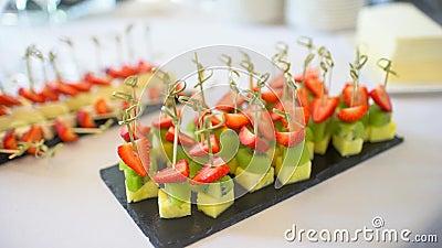 Schitterend versierde banquettafel voor catering met verschillende snacks en eetlustopjes op de verjaardag van het bedrijf stock video