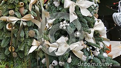 Schitterend versierde kerstboom Wit kerstspeelgoed, koeien, feestelijk decor stock footage