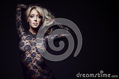 Schitterende blonde in kantkleding
