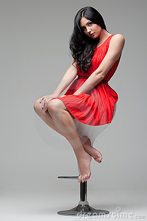 Schitterende brunette op stoel