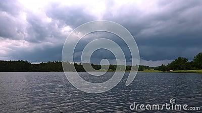 Schitterende mening van aardlandschap op zonsondergang Hemel die met zware donderwolken wordt behandeld Spiegeloppervlakte met kl stock video