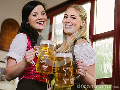 Schitterende Oktoberfest-serveersters met bier