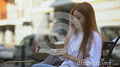 Schläfriges Mädchen, das Kaffee trinkt, um aufzuwachen, Mangel an Energie am Morgen, Koffein stock video footage
