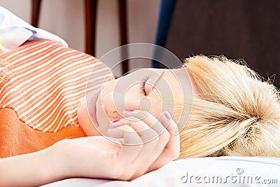 Schlafen mit der Hand auf Kissen