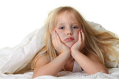 schlafenszeit kind im bett mit decke stockfotografie bild 18227692. Black Bedroom Furniture Sets. Home Design Ideas
