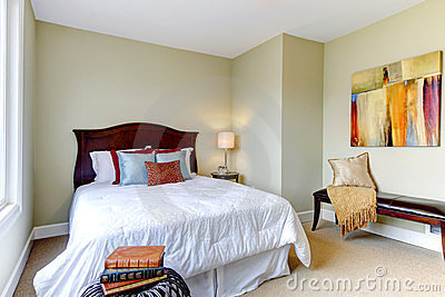 schlafzimmer mit wei er bettw sche gr ne w nde stockfoto. Black Bedroom Furniture Sets. Home Design Ideas