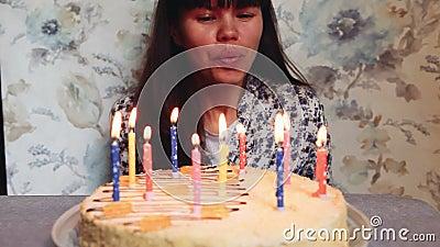 Schlag der jungen Frau heraus leuchtet auf Geburtstagskuchen, Jahrestagsfeier durch stock video