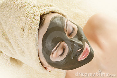 Schlamm-Schablone auf dem Gesicht. Badekurort.