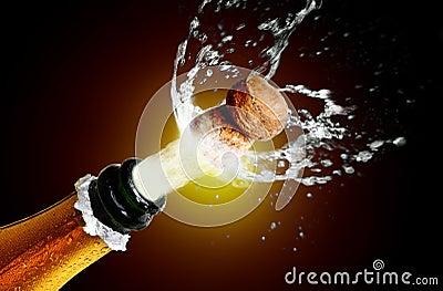 Schließen Sie oben vom Champagnerkorkenherausspringen
