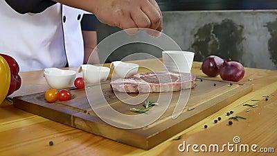 Schließen Sie oben vom feinschmeckerischem Chef oder von Koch, die frischen Klumpen des Feinkostgeschäftstückes Rindfleisches mit stock video footage