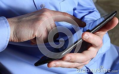 Männliche Hände mit Tablette