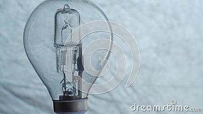 Schließen Sie oben von der Glühlampe über silbernem Hintergrund elektrizität stock video footage