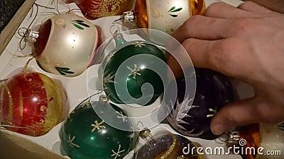Schließen Sie oben von der Hand, die glänzende gealterte Weihnachten-speheres vom Kasten herausnimmt Sonderkommando des Mannes ni stock video footage